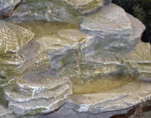 Fontána na zahradu voda stékající po skále
