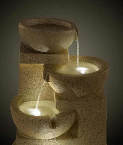 Fontána s osvětlenou vodou v miskách