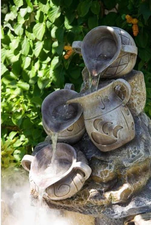 Kamenná zahradní kašna s antickými džbánky