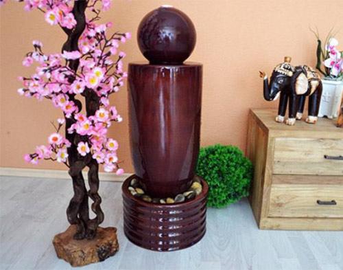 Lesklá hnědá sloupová dekorativní kašna z keramiky