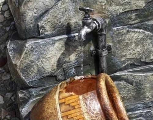 Imitace kovového kohoutku na zahradní kašně