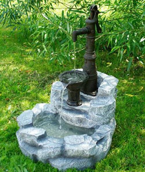 Kašna do zahrady s imitací ruční pumpy