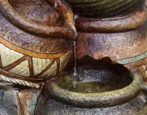 Krásně zpracované džbánky na zahradní kašně