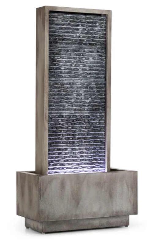 Relaxační fontána s vodou stékající po osvětlené břidlici