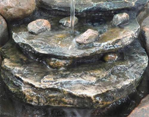 Voda stékající po kaskádě z umělého kamene