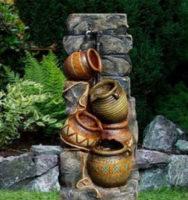 Vysoká zahradní kašna se čtyřmi džbánky