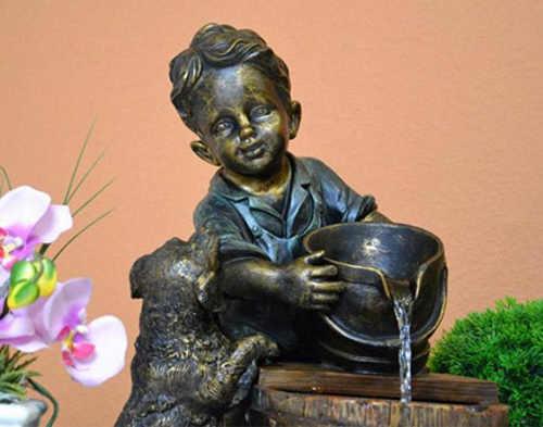 Zahradní fontána u umělého kamene imitující bronz