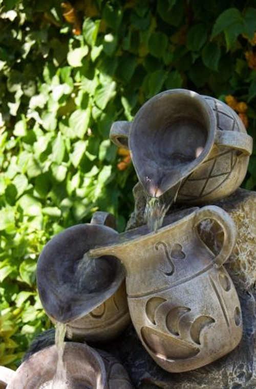 Zahradní fontána voda tekoucí přes džbánky
