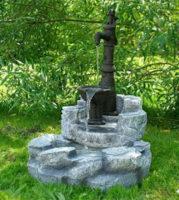 Zahradní kašna - fontána s ruční pumpou