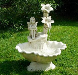 Zahradní kašna - fontána víla s květinami