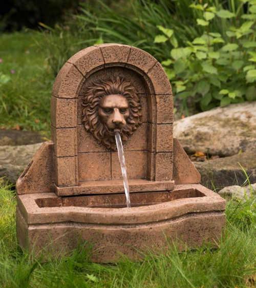 Zahradní kašna voda vytékající ze lví hlavy