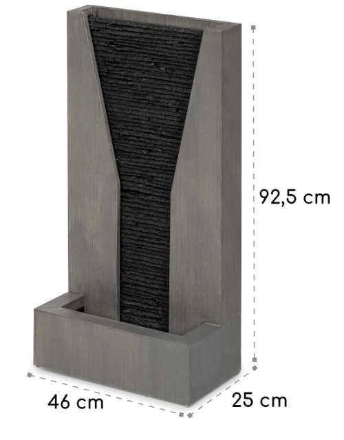 Kovová fontána v mřížkou po které stéká voda