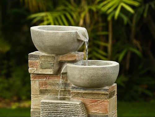 Zahradní fontána voda tekoucí přes misky
