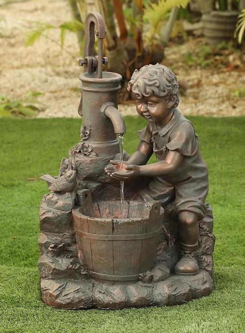 Zahradní kašna chlapeček u pumpy s vědrem